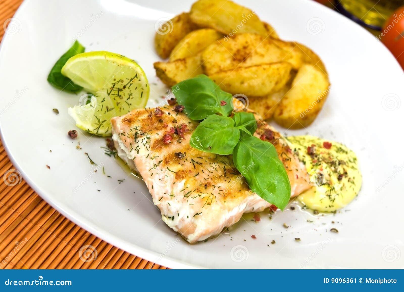 Gegrilltes Lachssteak mit Kartoffelkeilen