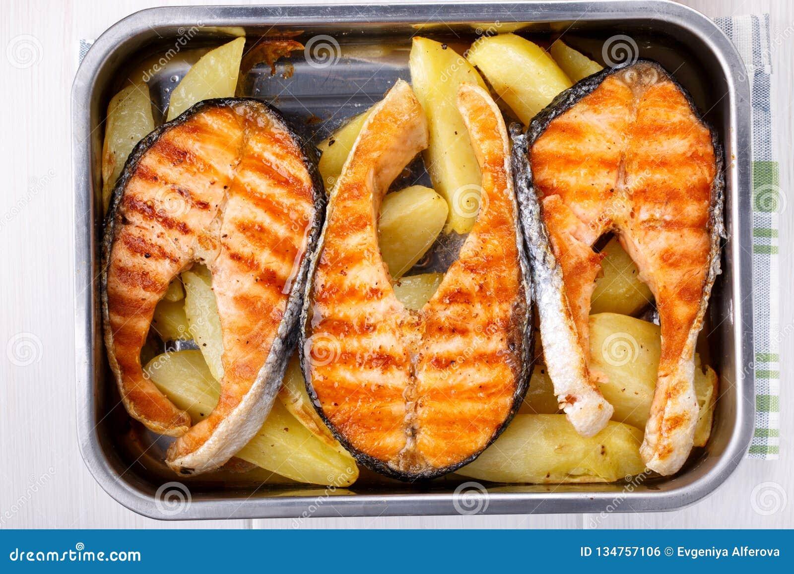 Gegrilltes Lachssteak mit Kartoffeln