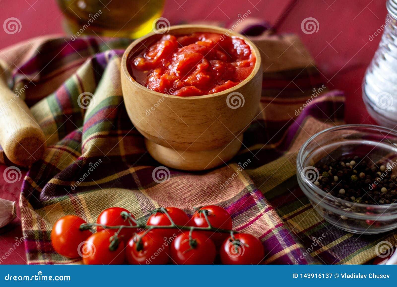 Gehakte tomaten op een rode achtergrond Vegetarisch voedsel