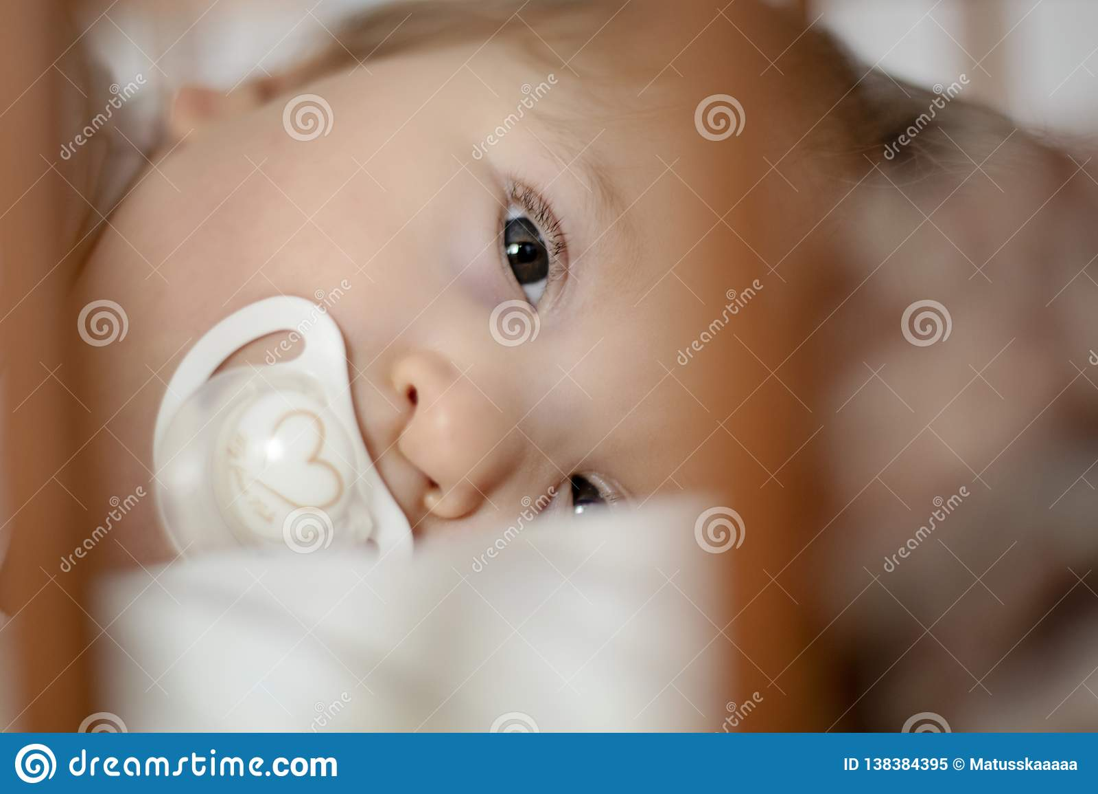 Gehandicapte één éénjarigebaby die in slaap proberen te vallen - beeld