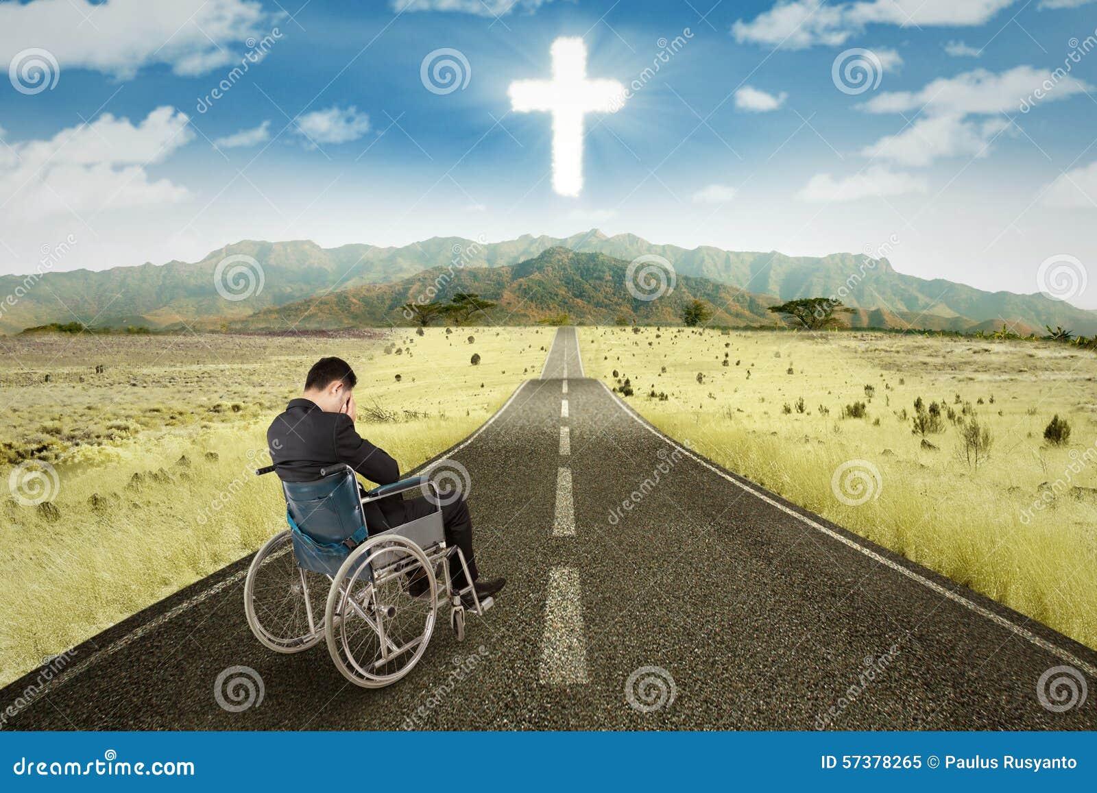 Gehandicapte zakenman in rolstoel op de weg