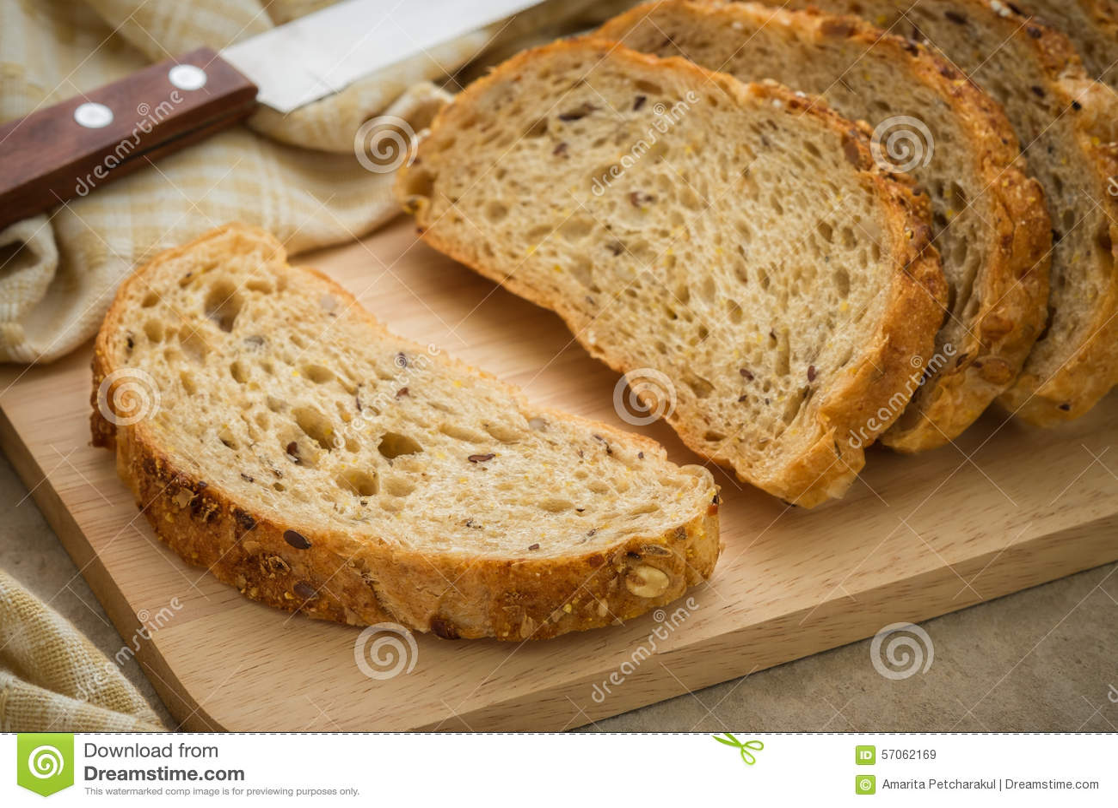 Geheel korrelbrood op hakbord