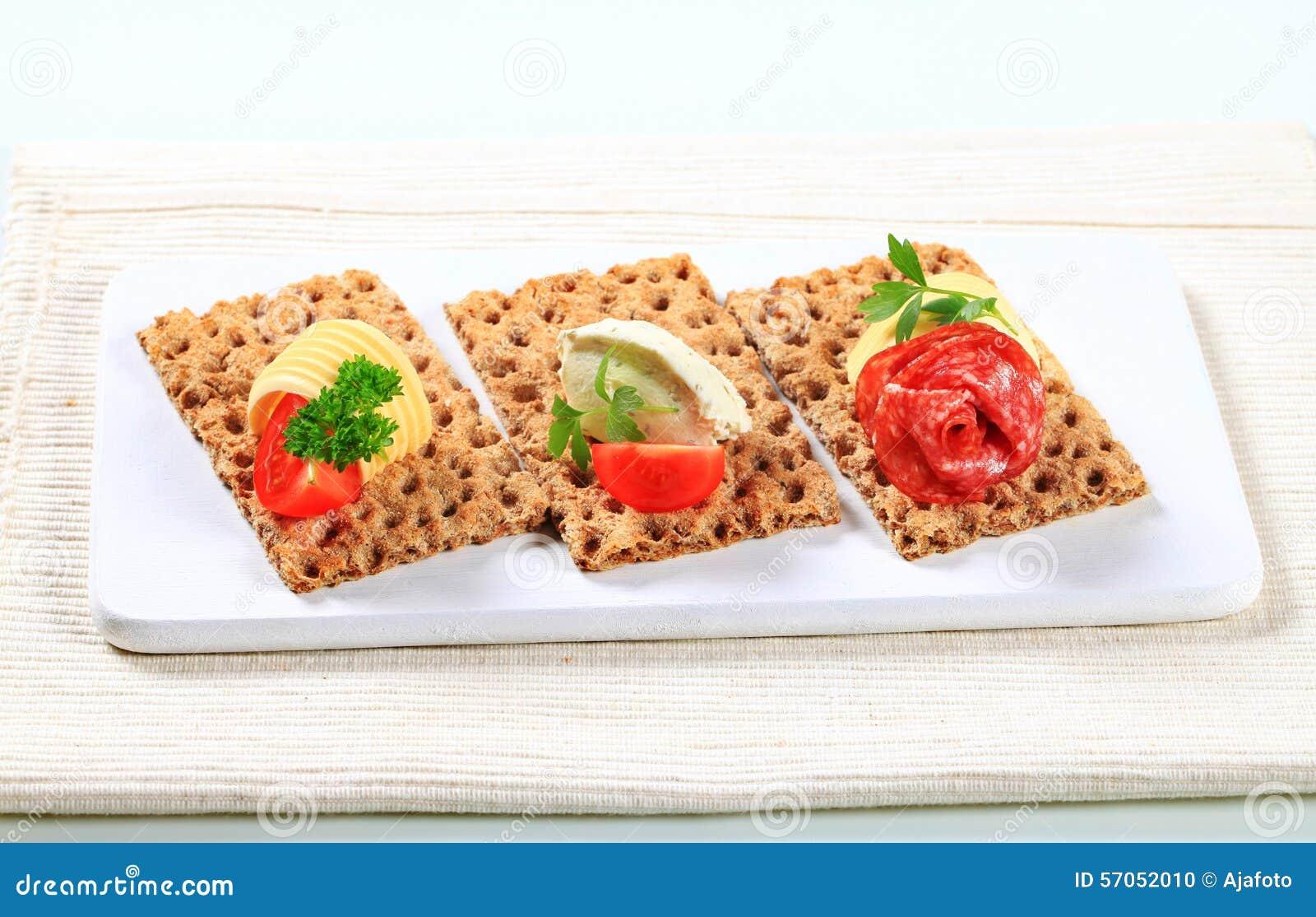 Geheel korrelknäckebrood met diverse bovenste laagjes