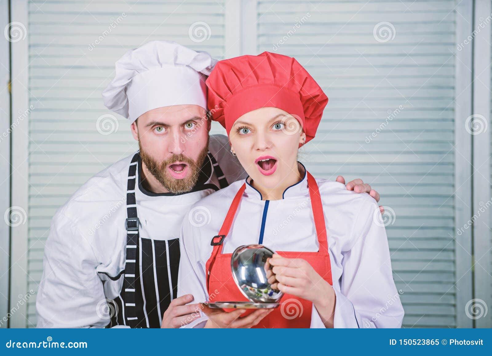 Geheim ingredi?nt door recept Eenvormige kok paar in liefde met perfect voedsel Menu planning culinaire keuken Familie