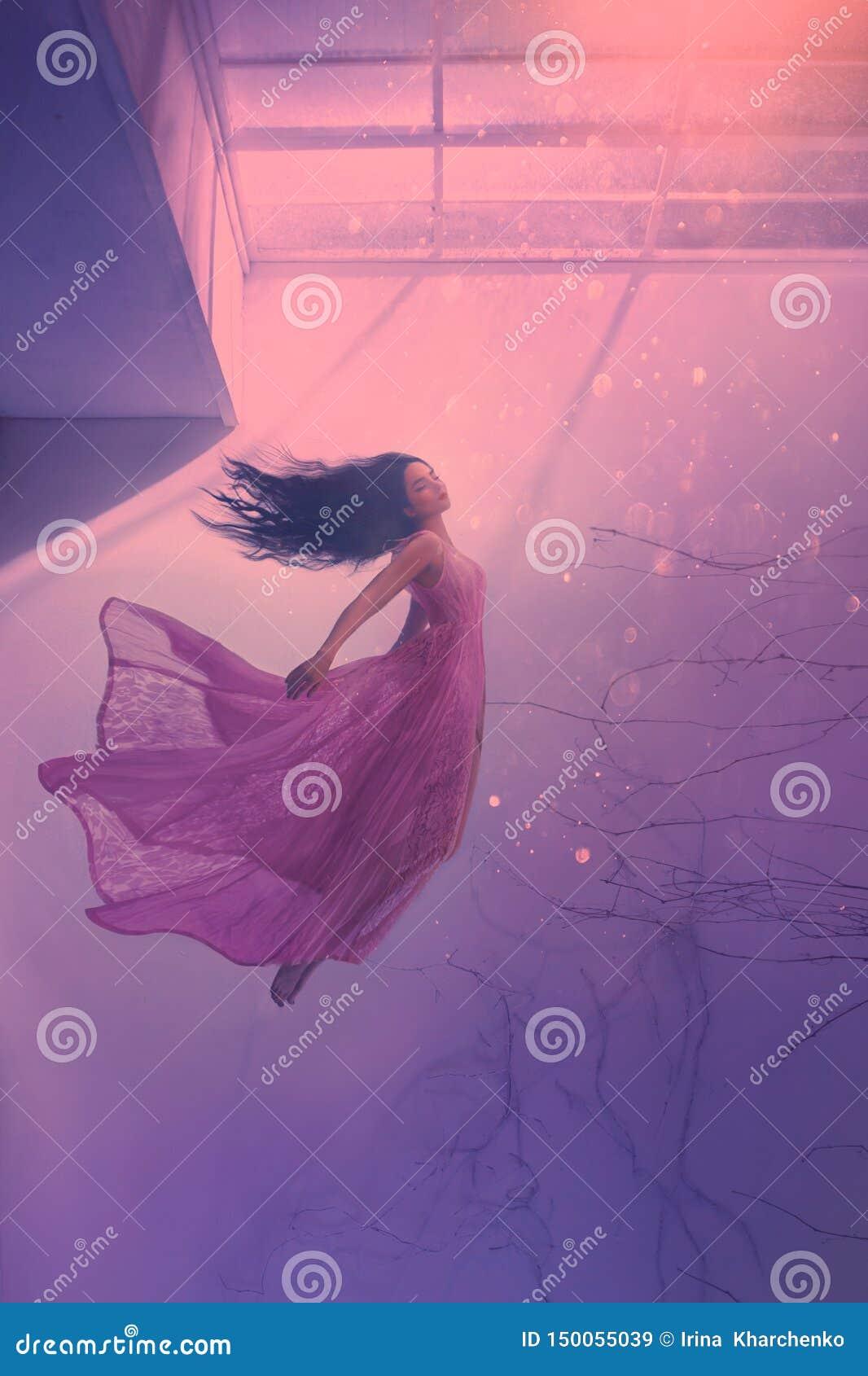 Geheimzinnig slaapmeisje met lang stromend zwart haar, die schoonheid in lange vliegende roze tedere kleding levitatie ondergaan,
