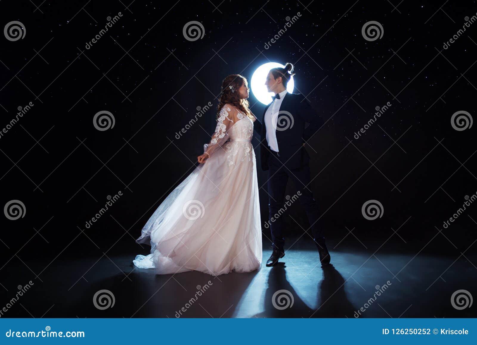 Geheimzinnige en romantische vergadering, de bruid en de bruidegom onder de sterrige hemel Omhelzingen samen Man en vrouw, huweli