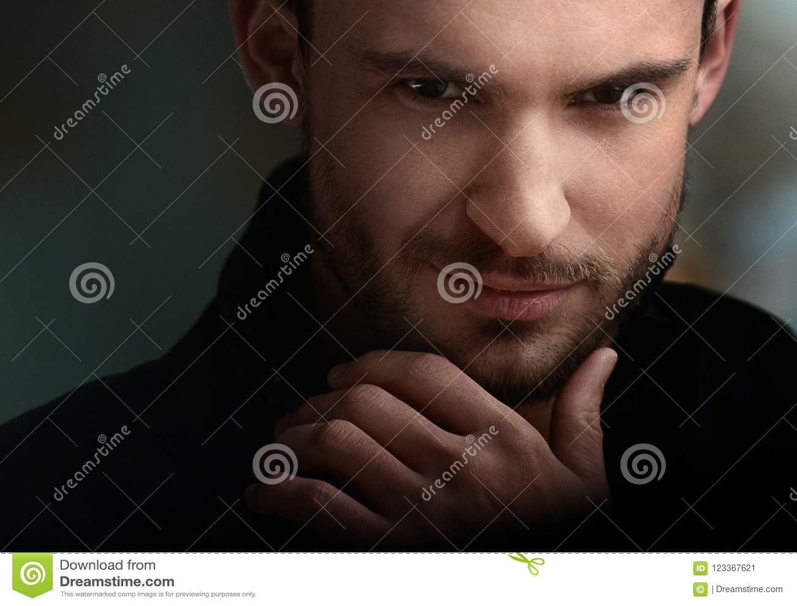 Geheimzinnige knappe mens met stiekeme blik