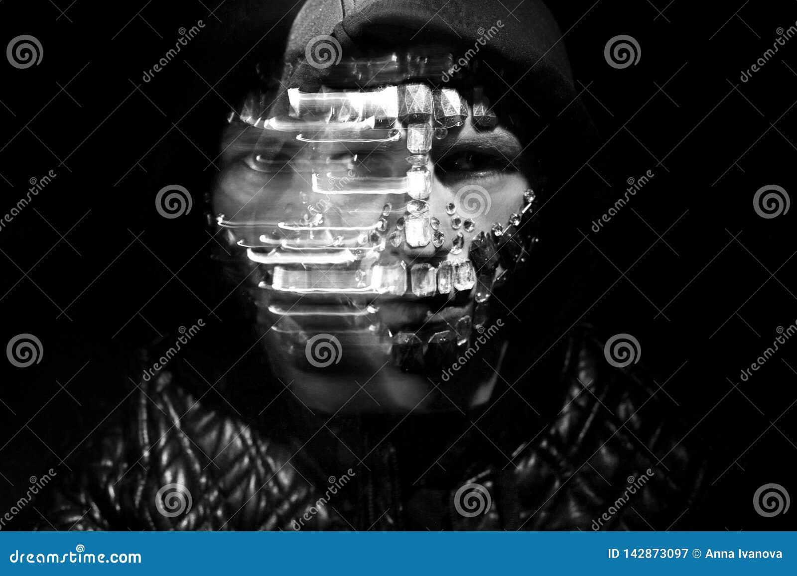 Geheimzinnige mystieke verschijning van een mens Kunstportret van een mens met een kap met grote bergkristallen op zijn gezicht D