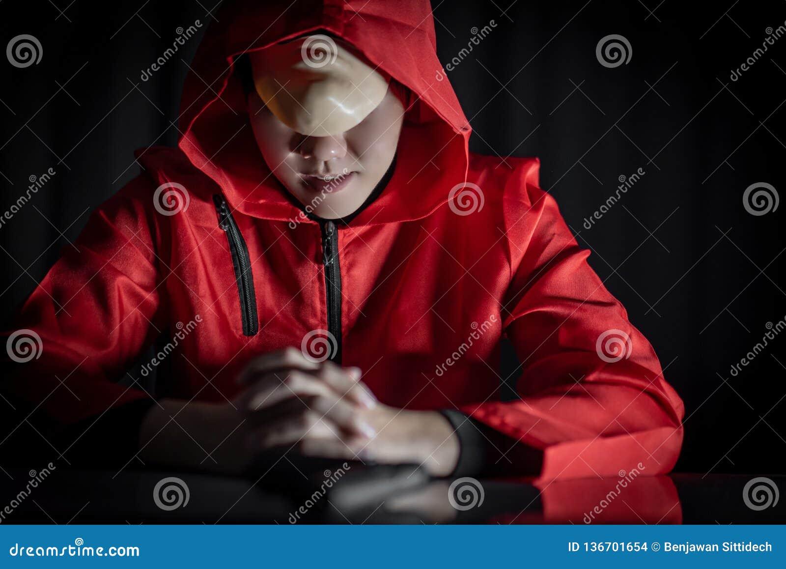 Geheimzinnigheid mens in rode hoodiezitting in dark