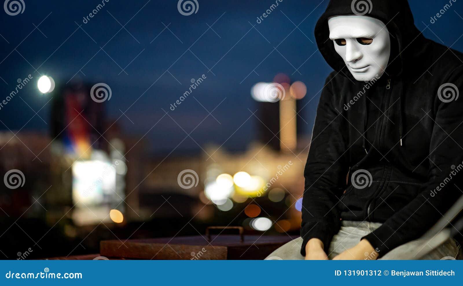 Geheimzinnigheid mens in witte maskerzitting op dak