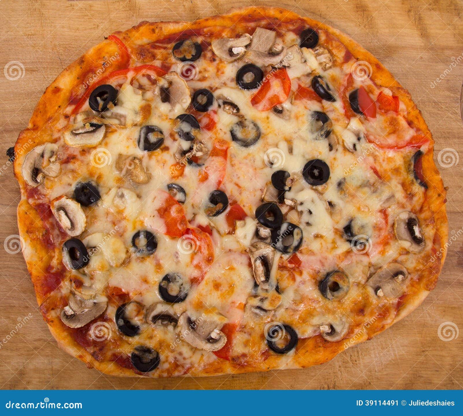 Gehele paddestoel en olijfpizza