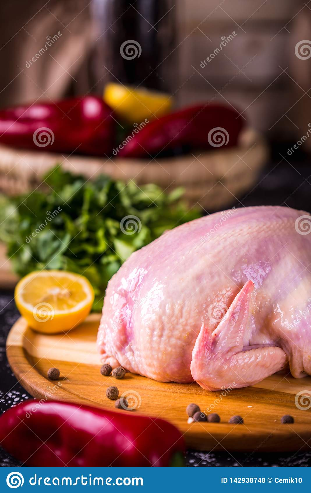 Gehele ruwe kip met roze peper en citroen