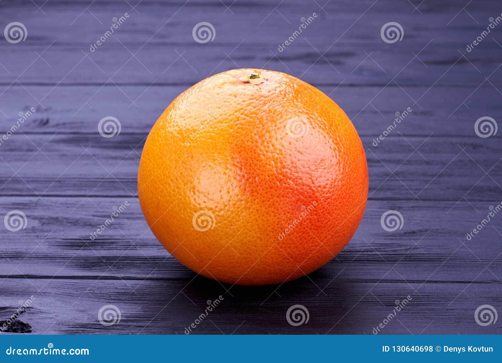 Gehele verse grapefruit op donker hout