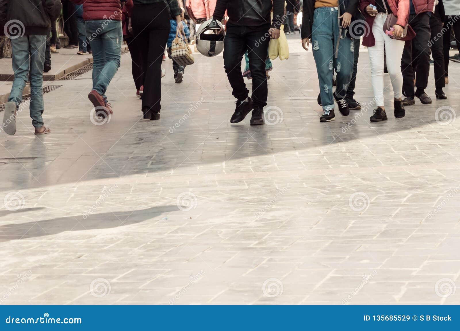 Gehen durch die Straßenmenge Eine Menge der Fußgängerübergangstraße in der Stadt, Leute, die in die Straße gehen Großstadtleben