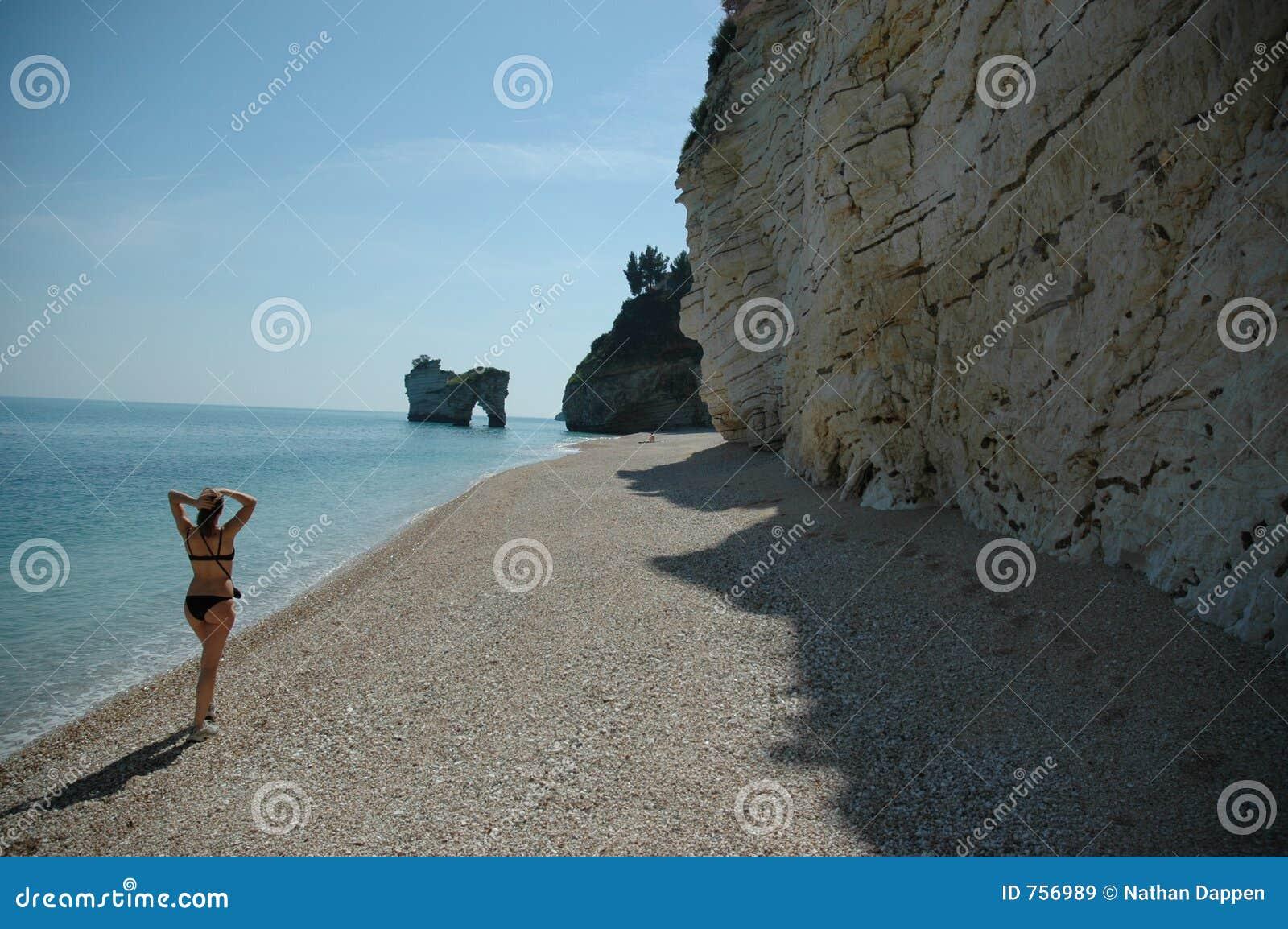 Gehen hinunter einen Strand in Süditalien