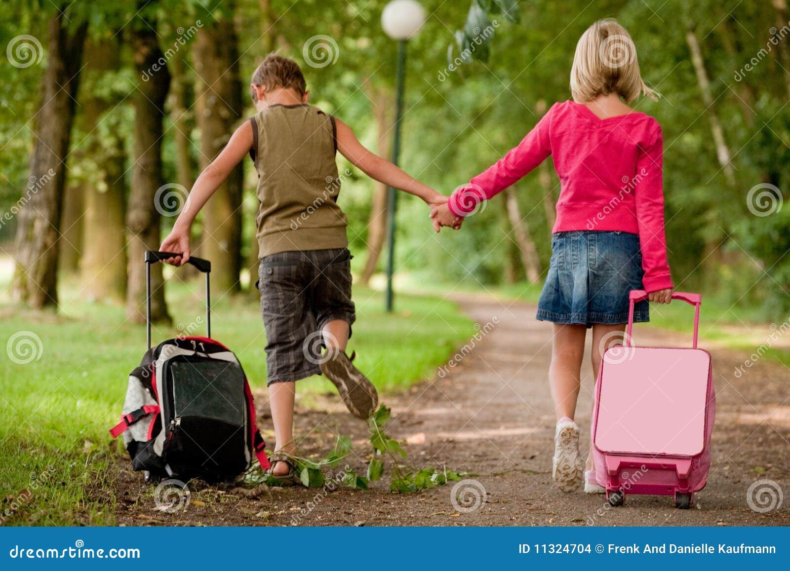 Gehen mit den Koffern zurück