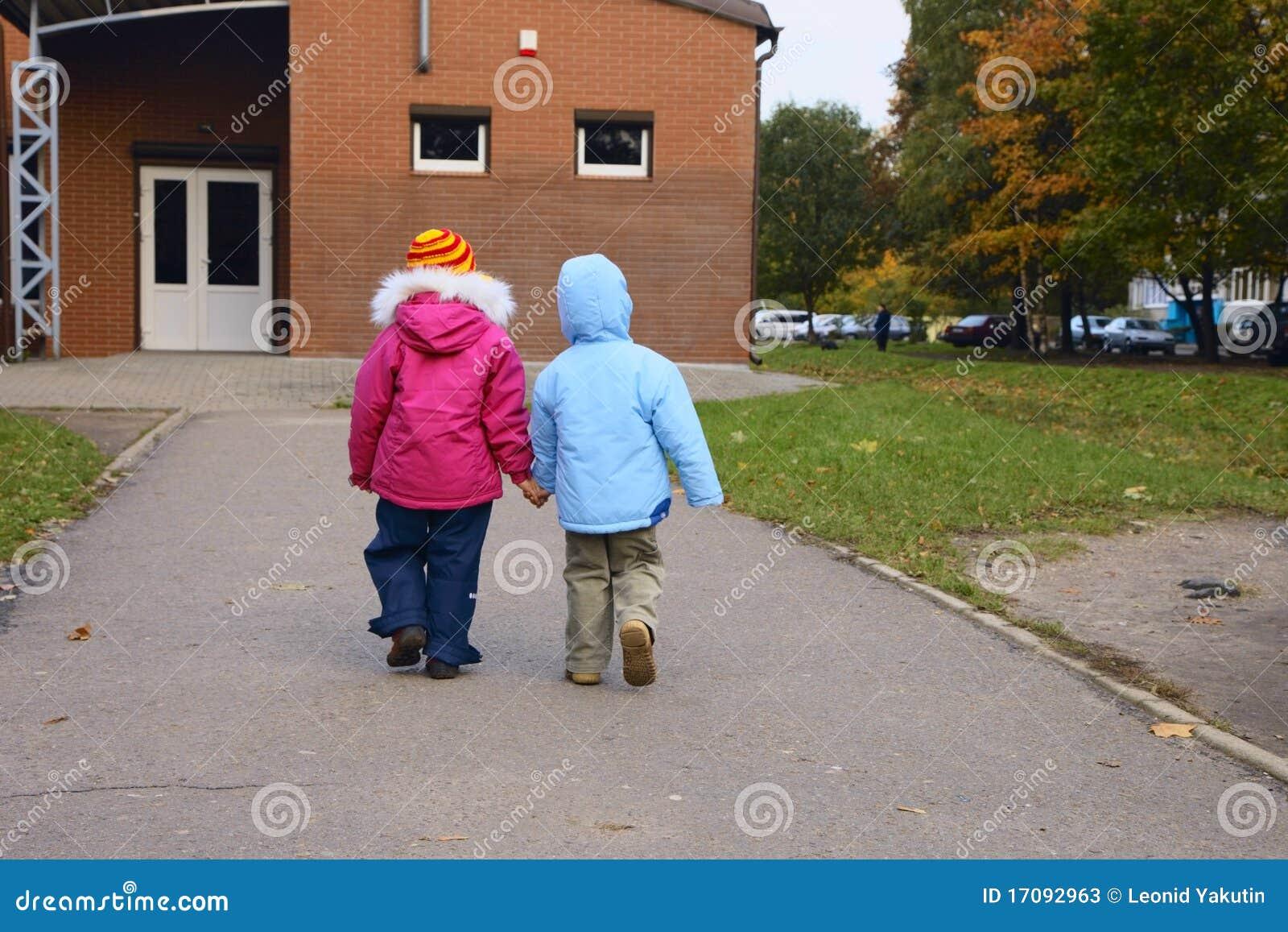 Gehende Kinder