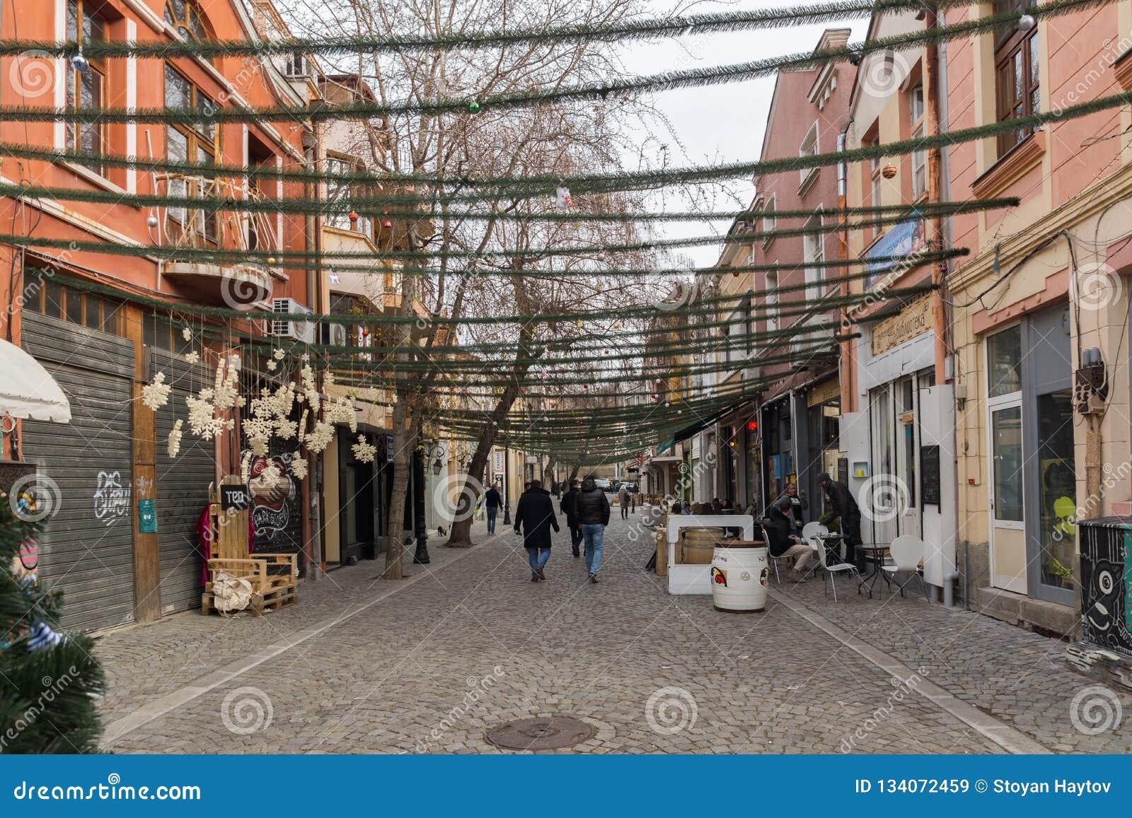Gehende Leute und Straße im Bezirk Kapana, Stadt von Plowdiw, Bulgarien