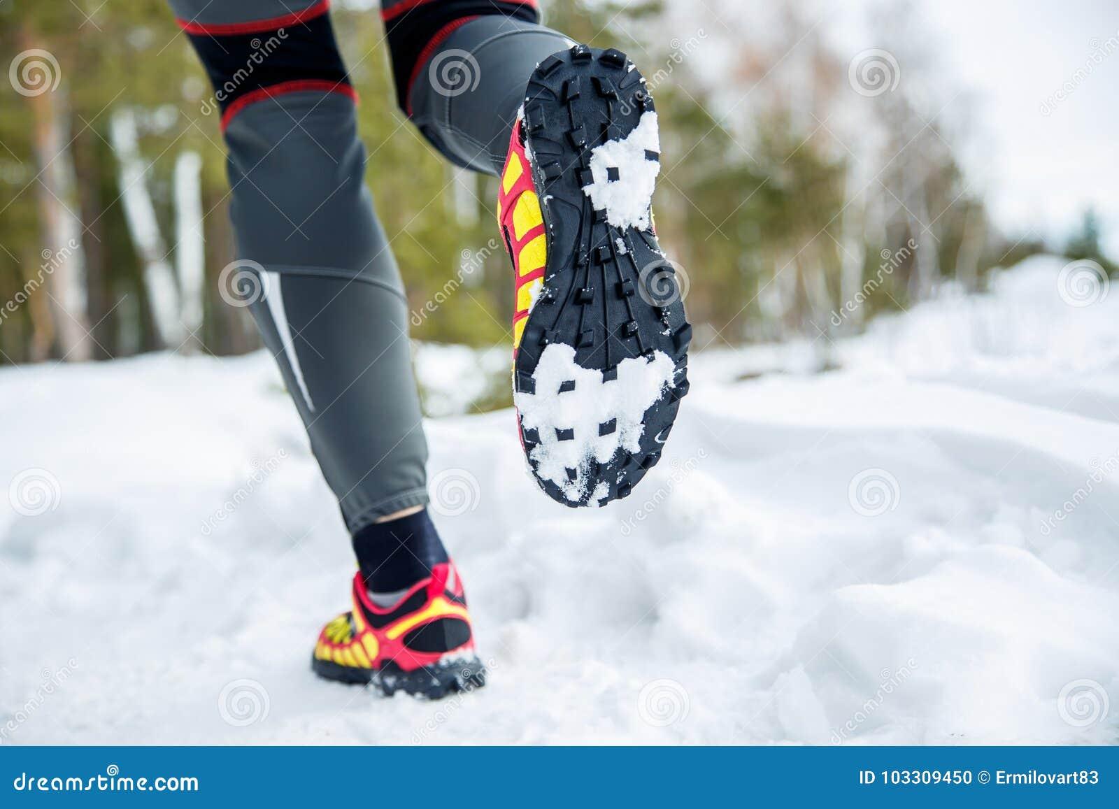 Gehende oder laufende Fahrwerkbeine tragen Schuhe, Eignung und das Trainieren im Herbst oder in der Winternatur zur Schau Cross C