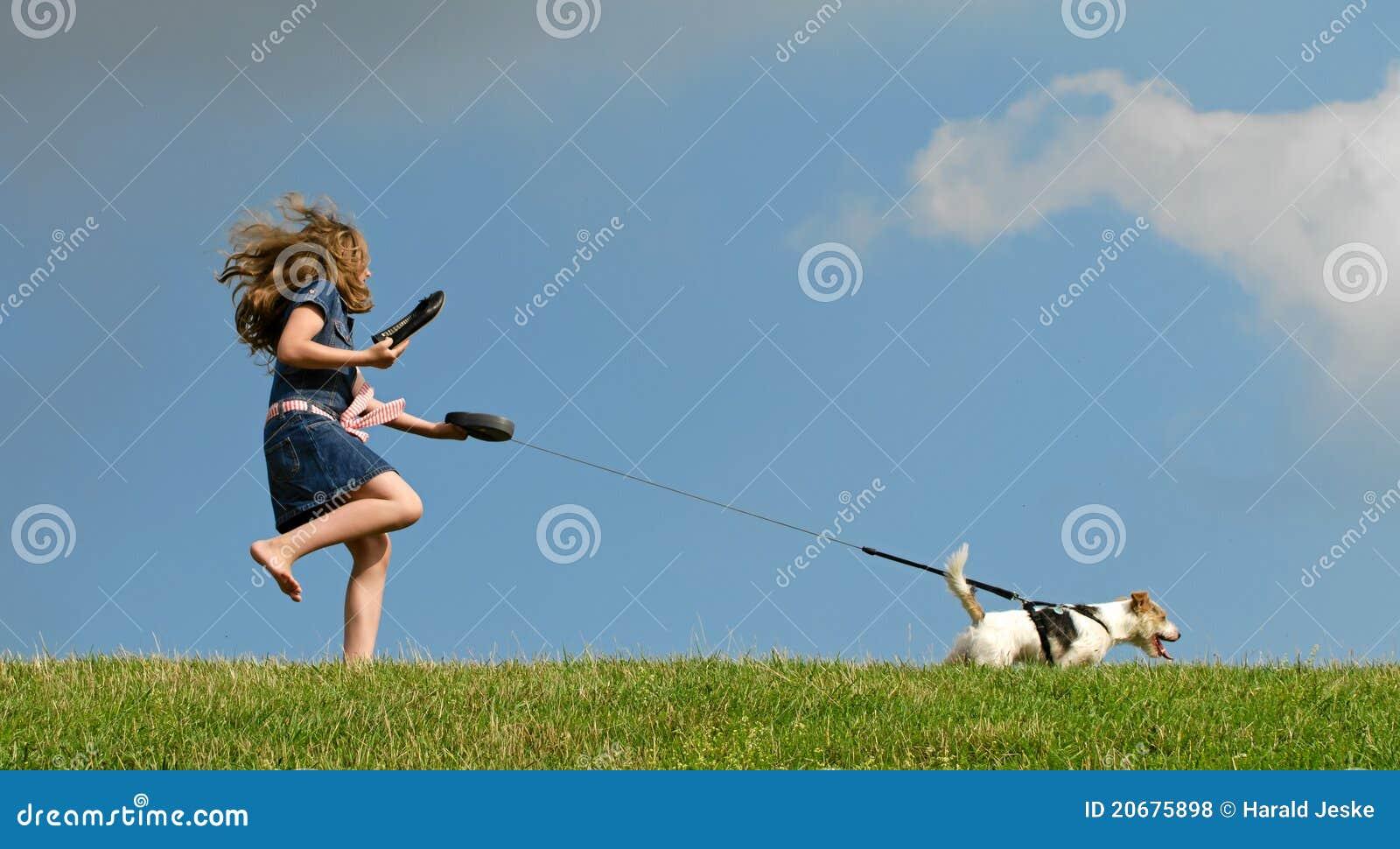 Gehender Hund des jungen Kindes