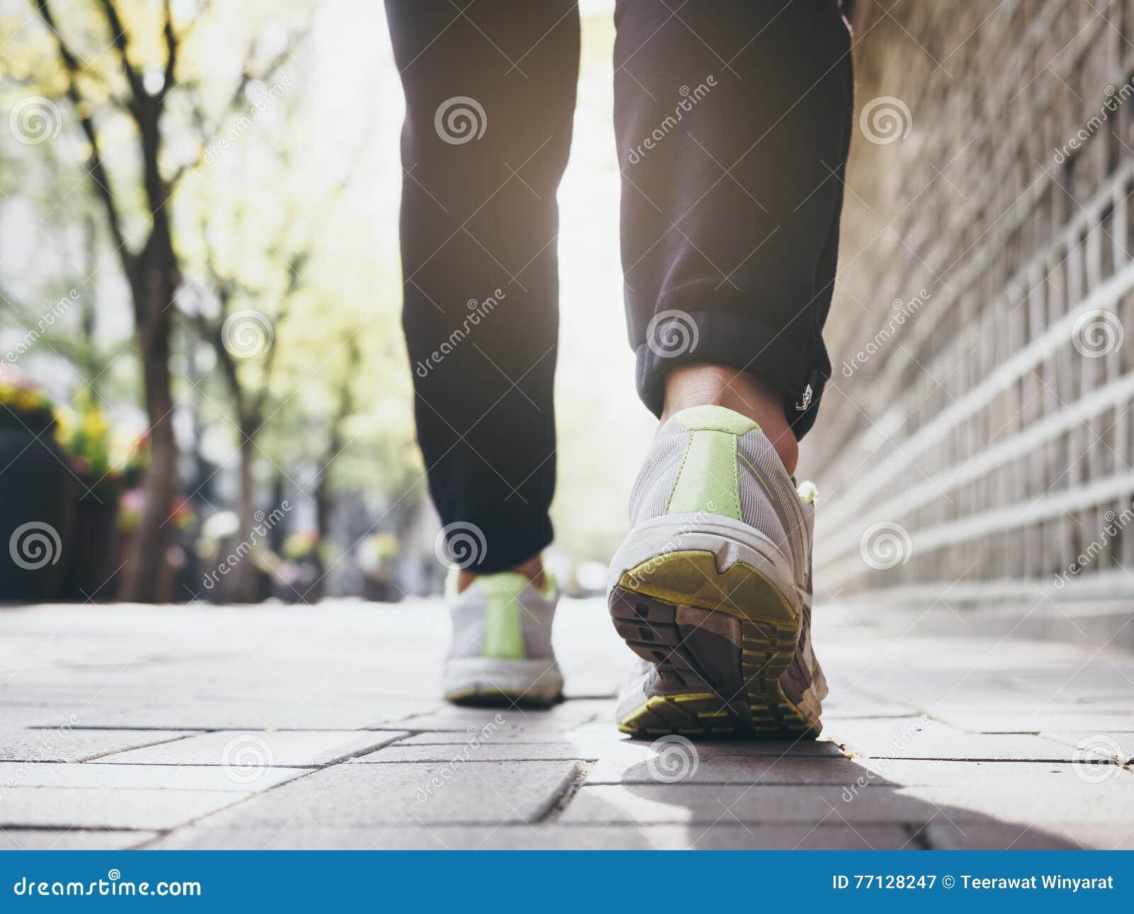 Gehender rüttelnder gesunder Lebensstil der Übung der Frau im Freien