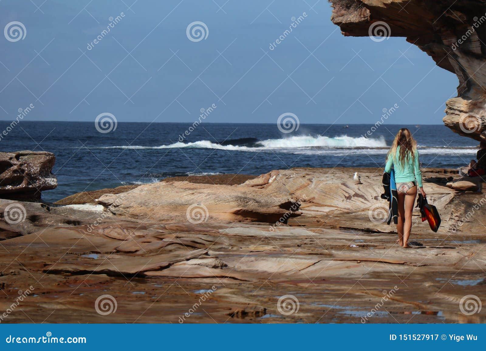 Gehendes Surfen des Cronulla-Strand--EInmädchens