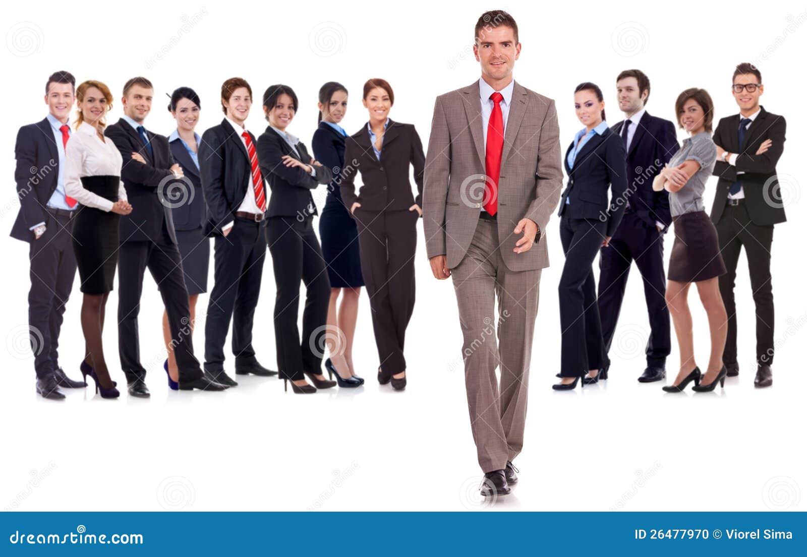 Gehendes vorderes führendes Team des Geschäftsmannes