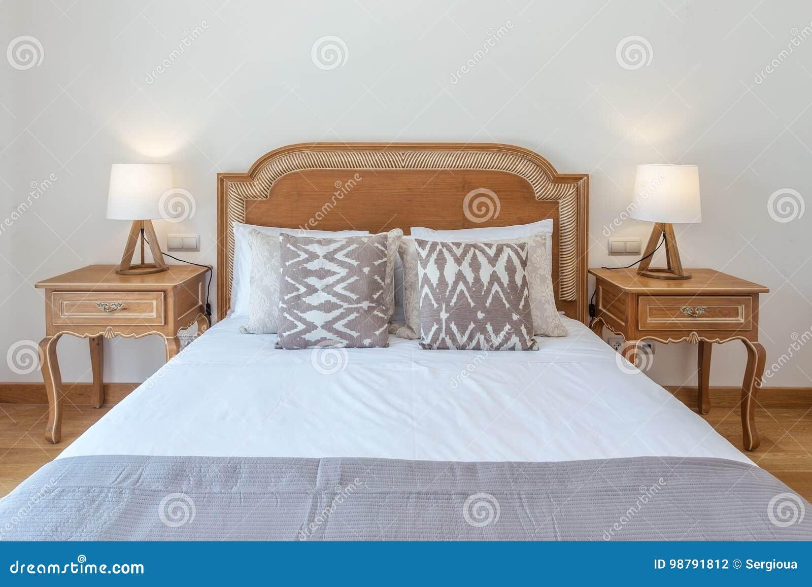 Gehuwd houten bed in slaapkamer met moderne decoratie stock foto