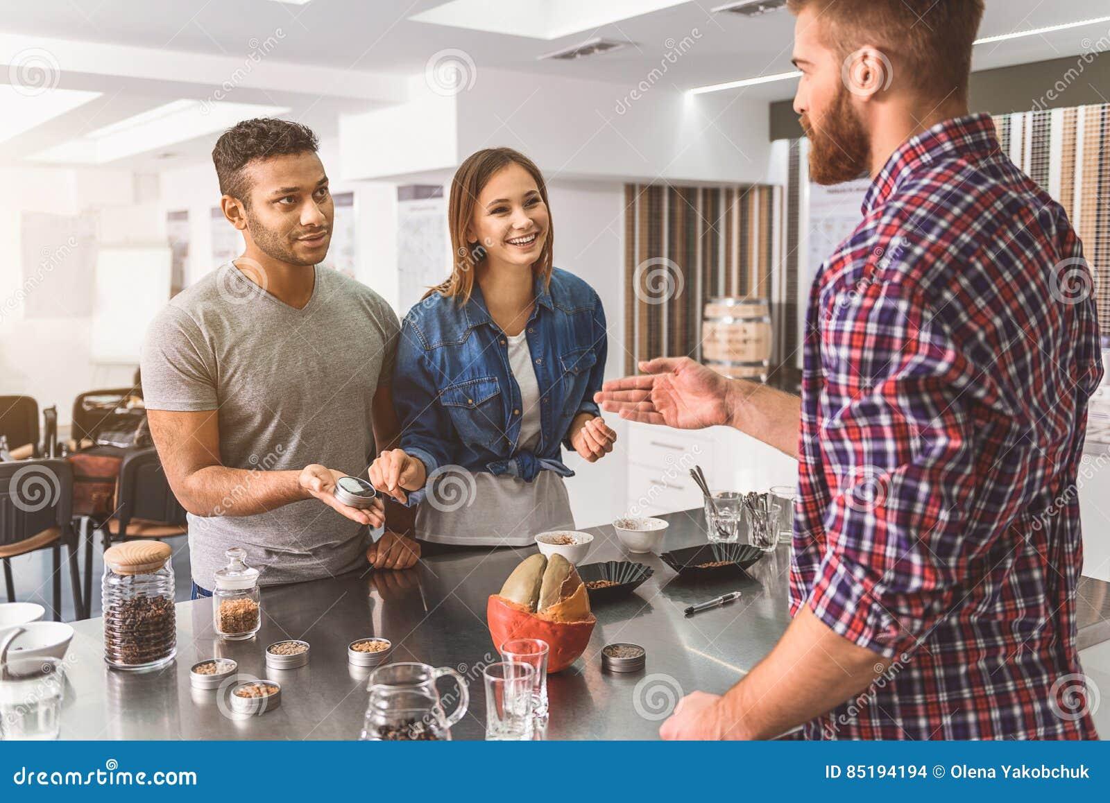 Geinteresseerd paar het bezoeken koffiehuis