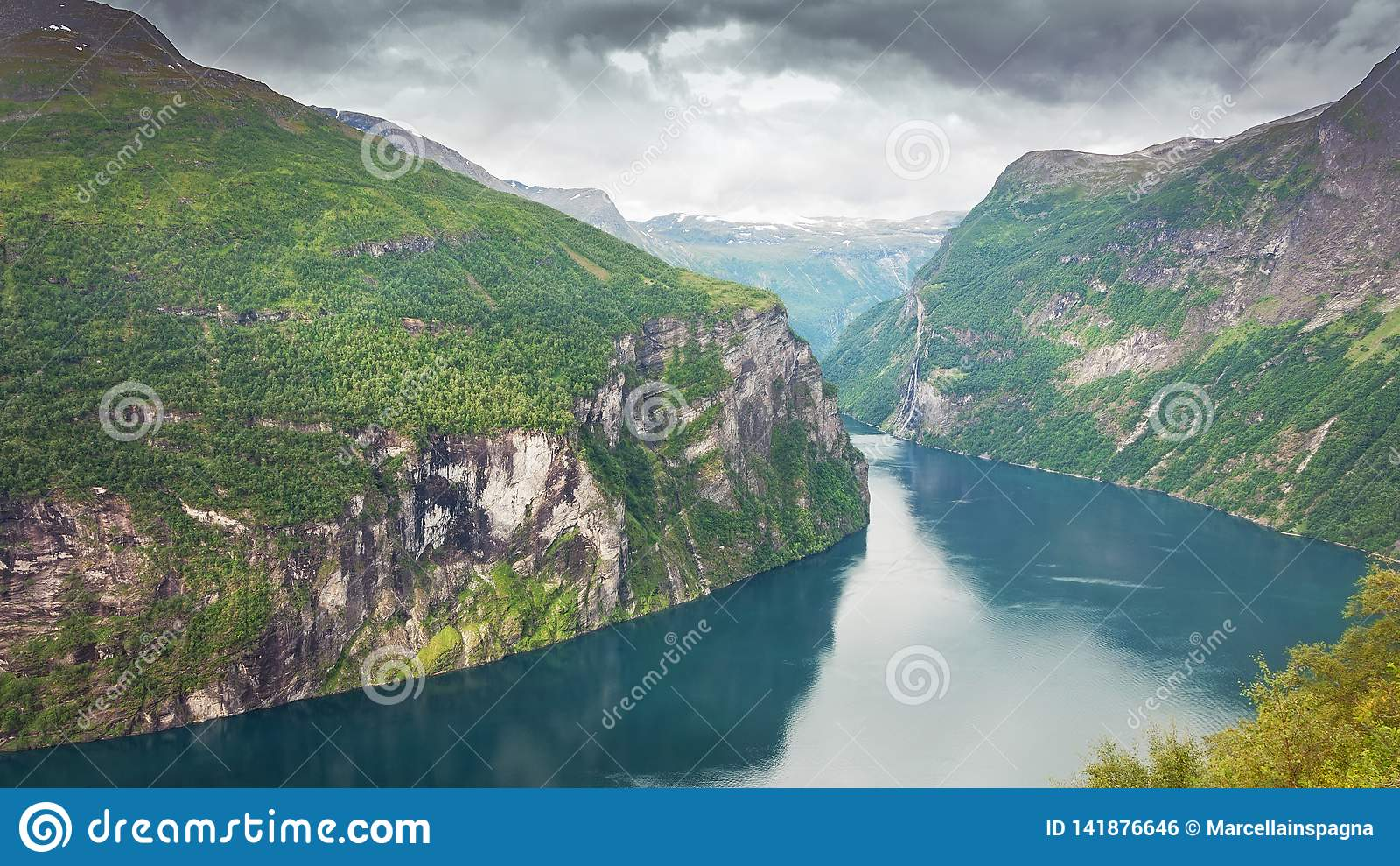Geiranger-Fjord und drastischer Wolkenhintergrund norwegen