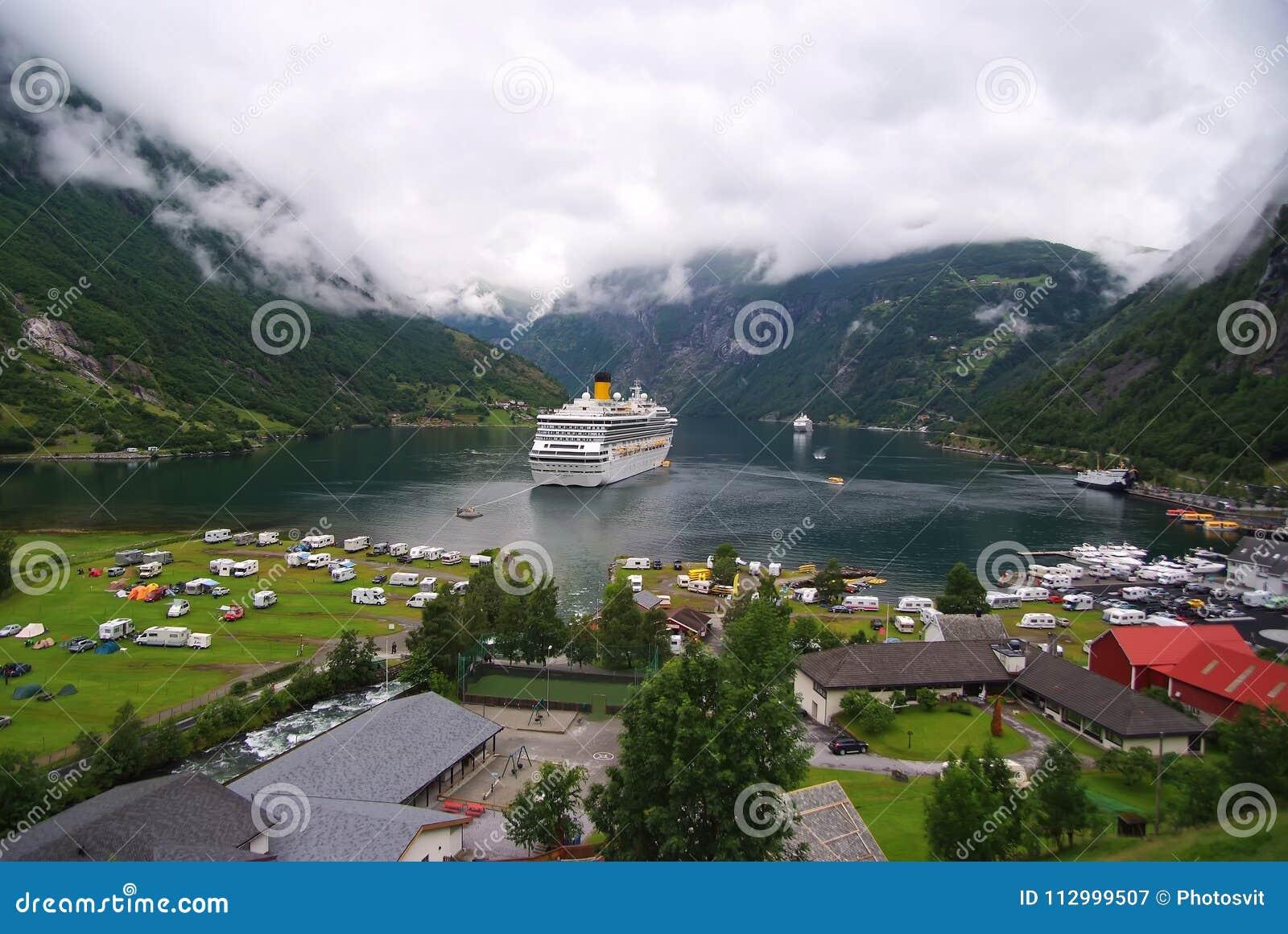 Geiranger, Noruega - 25 de enero de 2010: vacaciones, viaje, nave de la pasión por los viajes en el fiordo noruego en el cielo nu
