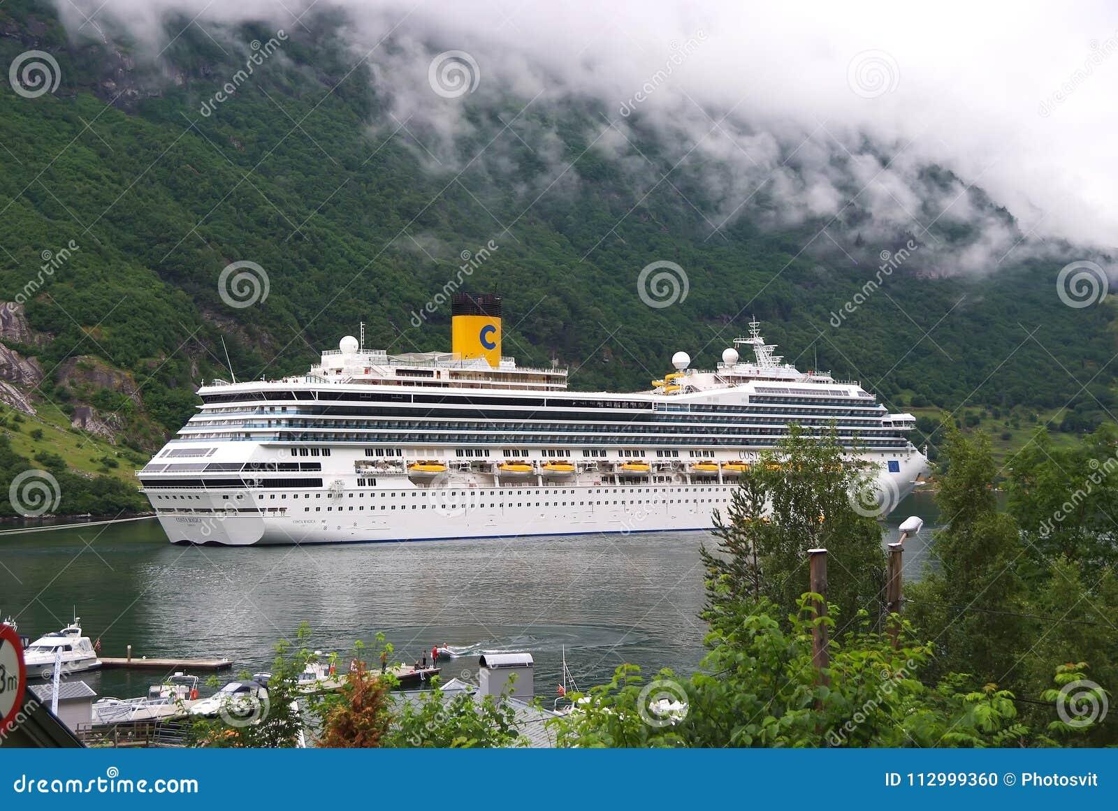 Geiranger, Norvegia - 25 gennaio 2010: nave da crociera in fiordo norvegese Destinazione di viaggio, turismo Avventura, scoperta,