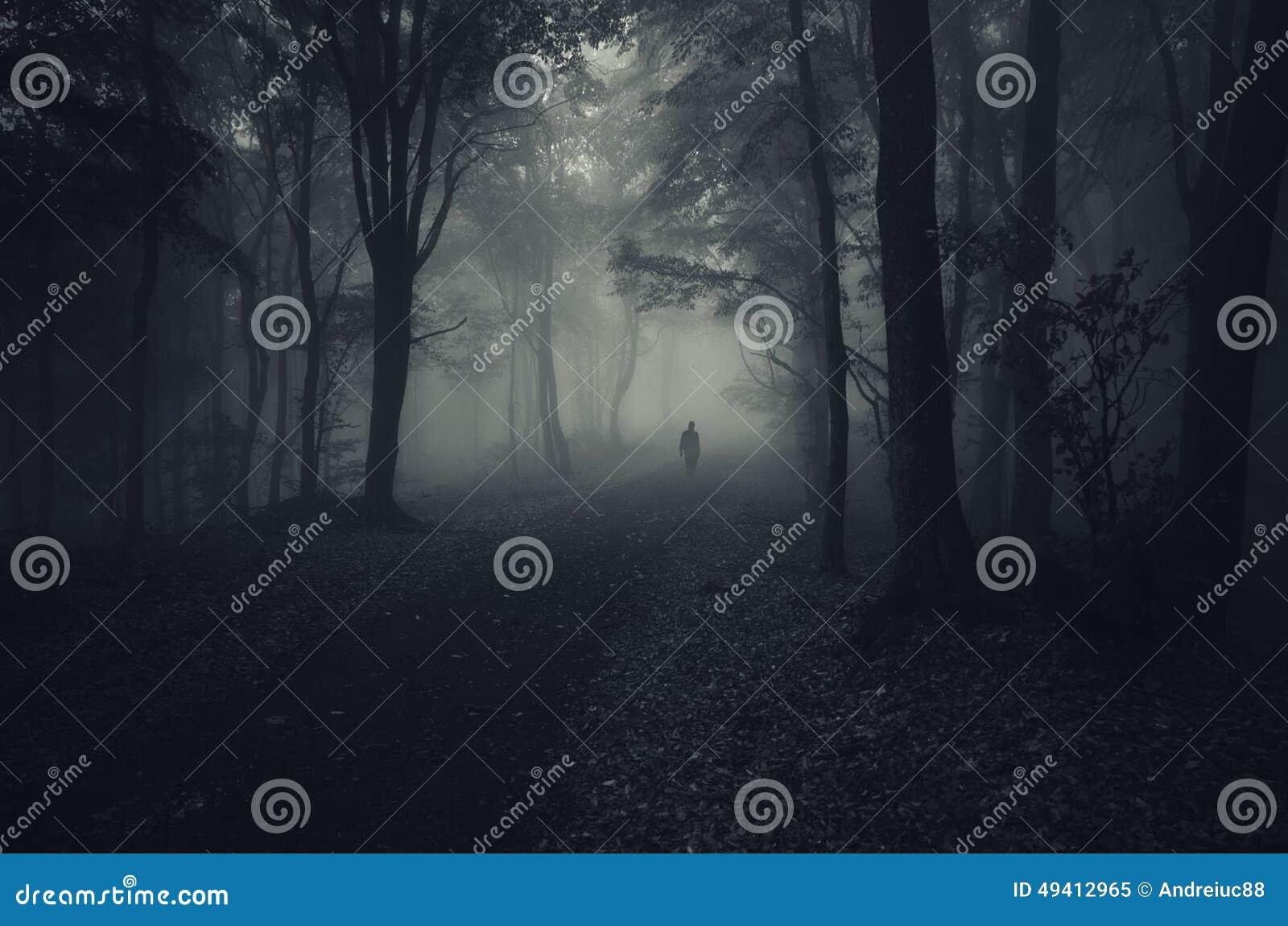 Geist im dunklen Wald mit Nebel auf Halloween