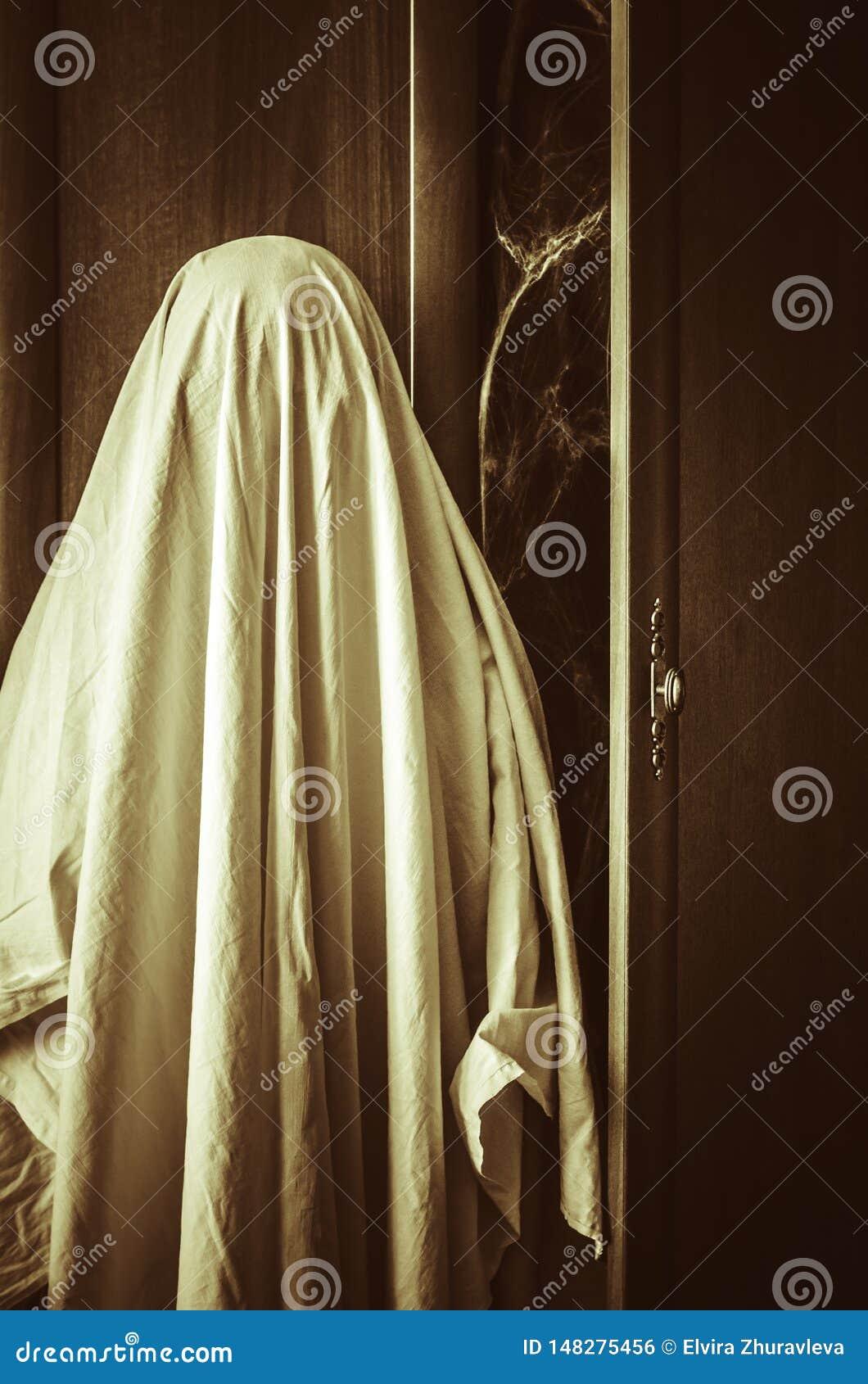 Geist nahe gruseliger Garderobe mit spiderweb nach innen
