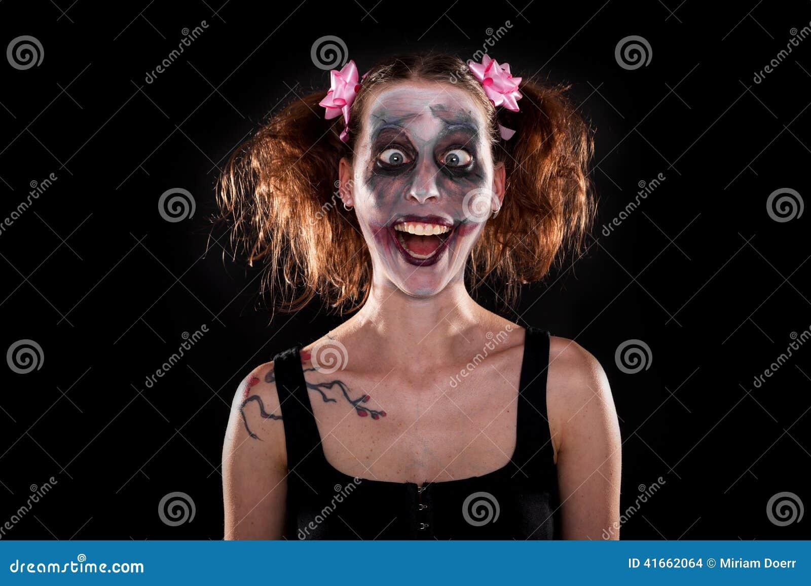 Geisteskranker weiblicher Clown vor Schwarzem