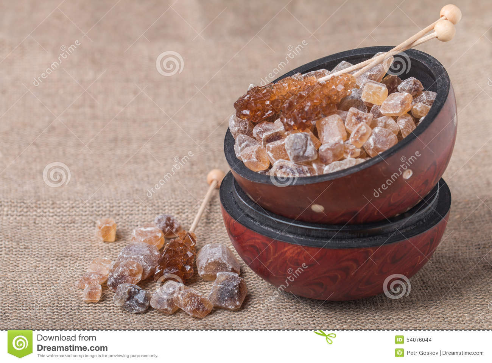 Gekarameliseerde suiker in houten kom