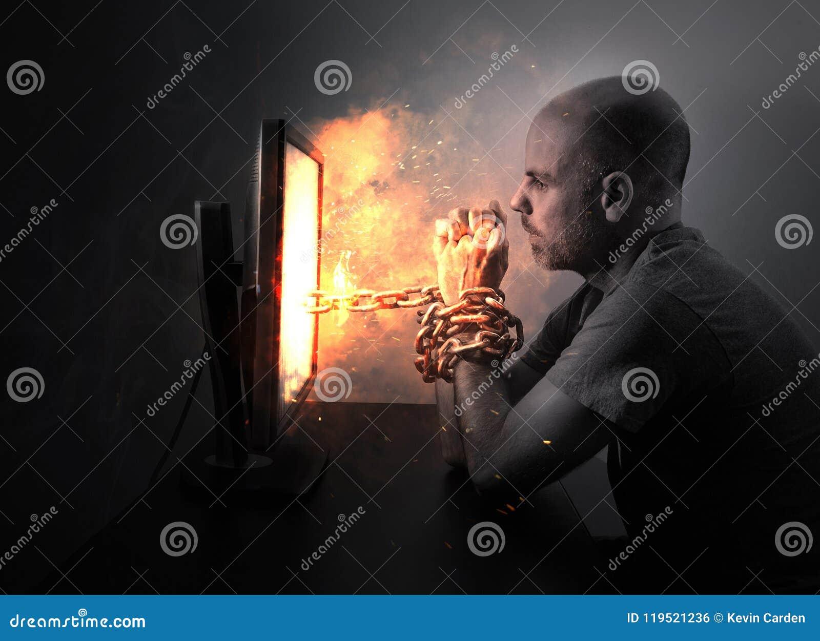 Geketend aan vlammende computer