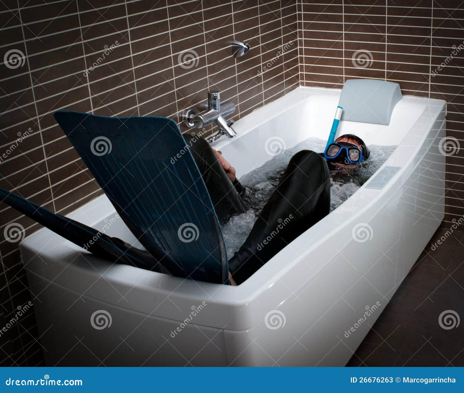 Gekke duiker in een Jacuzzibadkuip