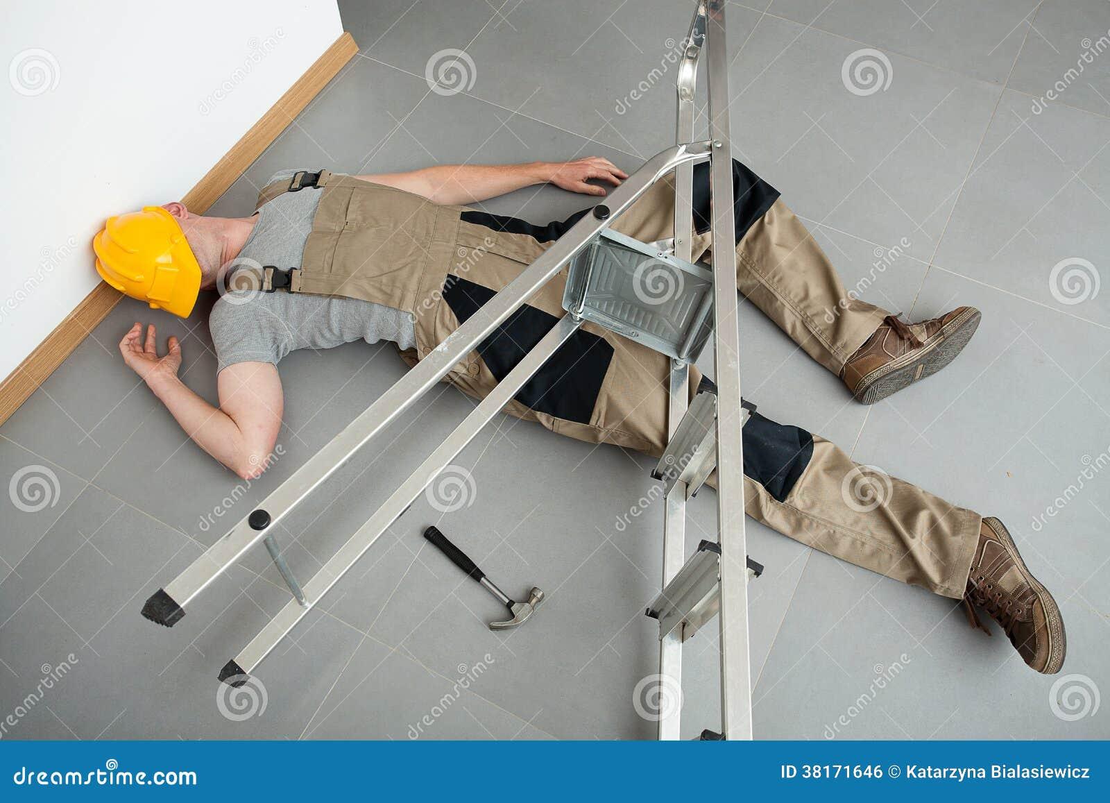 Geklemmt durch eine Leiter