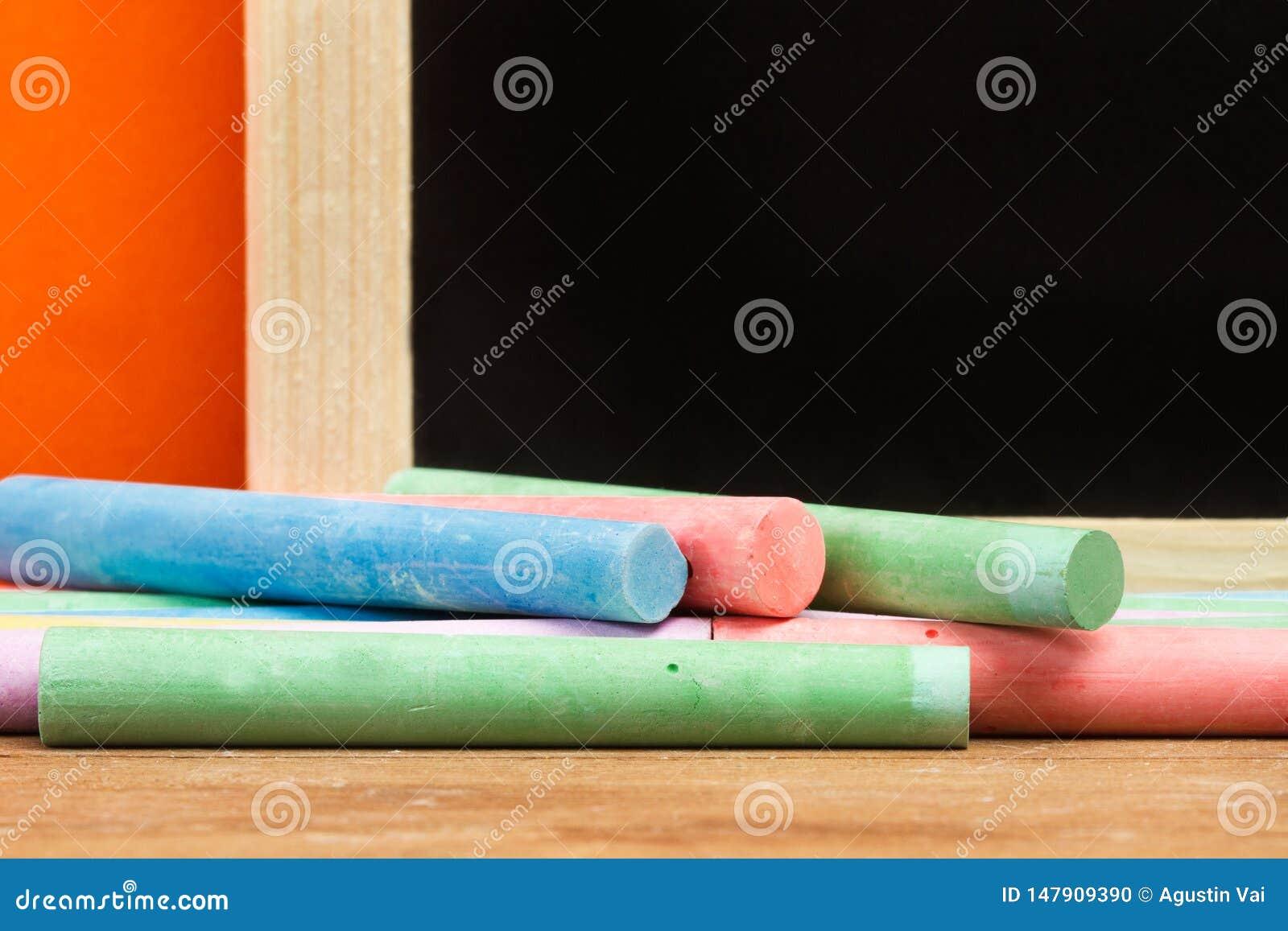 Gekleurd krijt en een bord