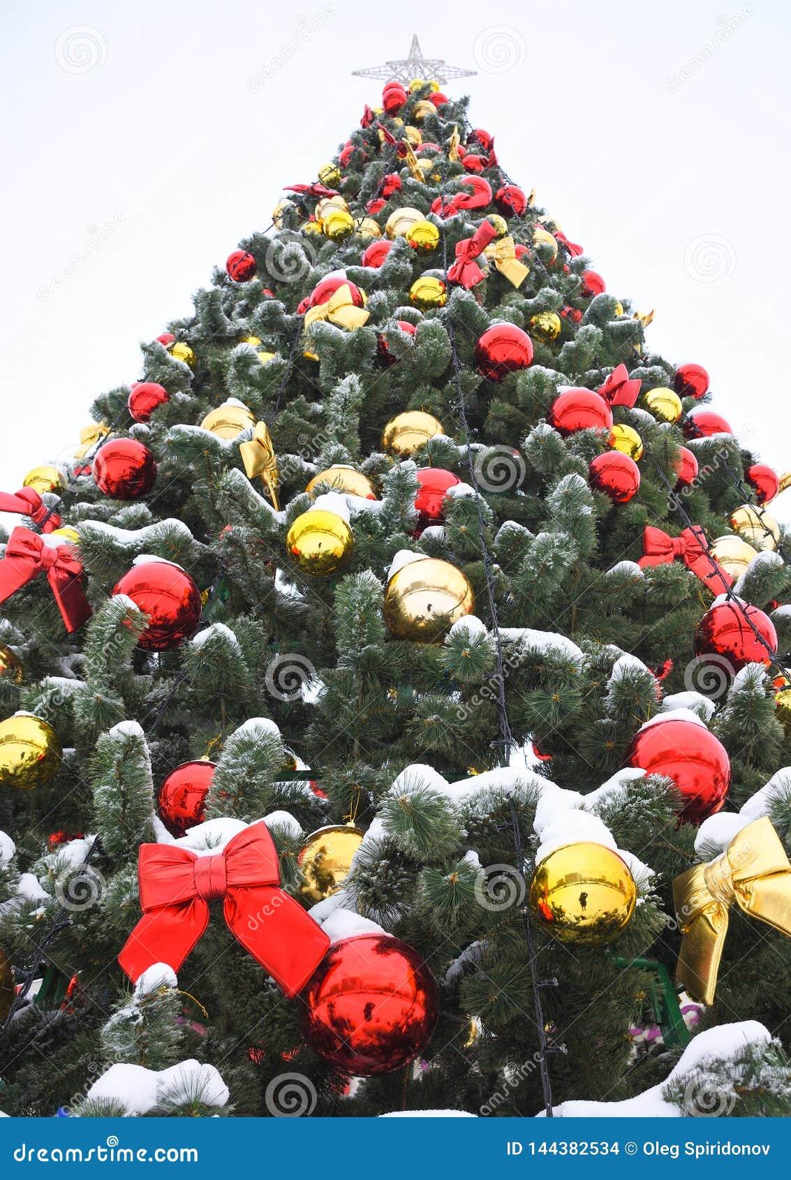 Gekleurde ballen en rode bogen op Kerstmisboom