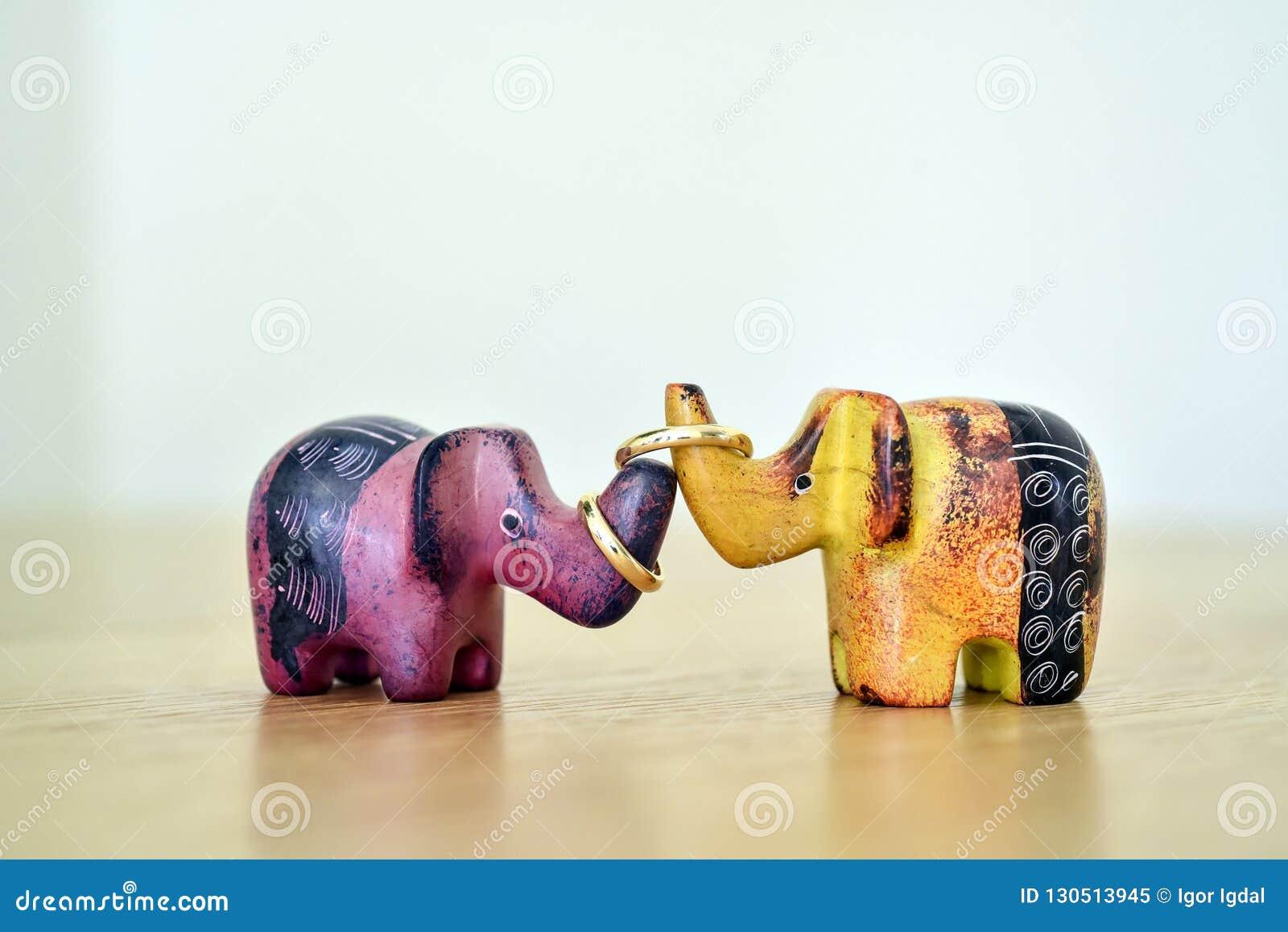 Gekleurde die stuk speelgoed olifanten door trouwringen als symbool van familiegeluk worden verbonden