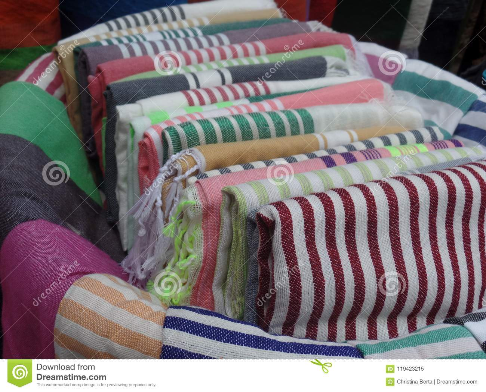 Gekleurde textiel voor verkoop buiten een winkel in Essaouira, Marokko