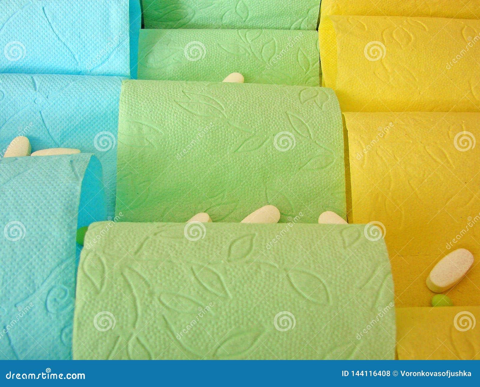 Gekleurde toiletpapier en pillen op het