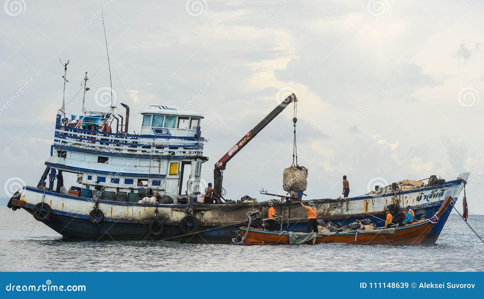 Grote Houten Boot.Gekleurde Vissersboot Dichtbij De Pijler En Een Kleine Houten Boot