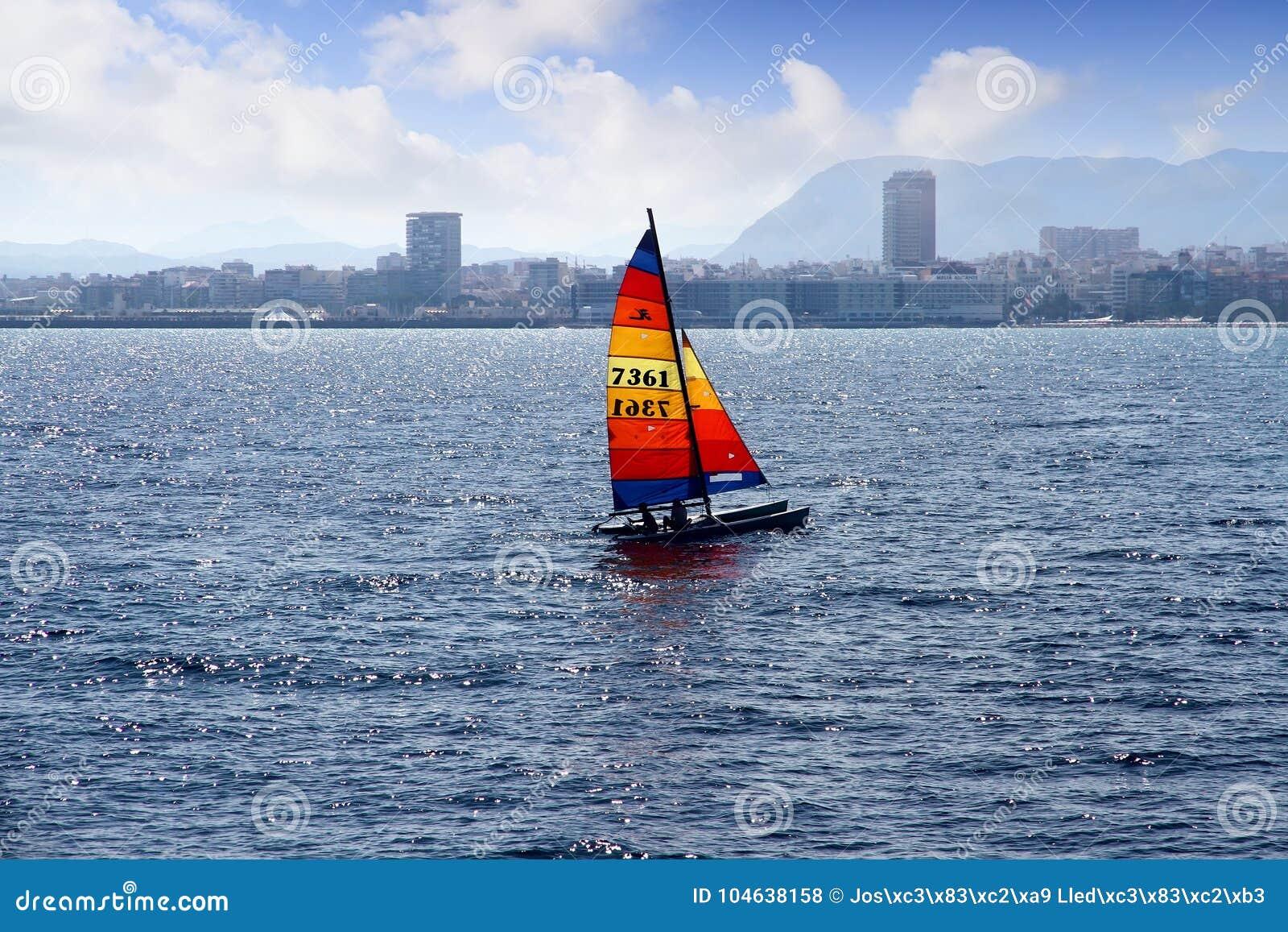 Download Gekleurde Zeil Hobbycat Catamaran Dicht Bij De Stad Van Alicante Redactionele Stock Foto - Afbeelding bestaande uit recreatief, langs: 104638158