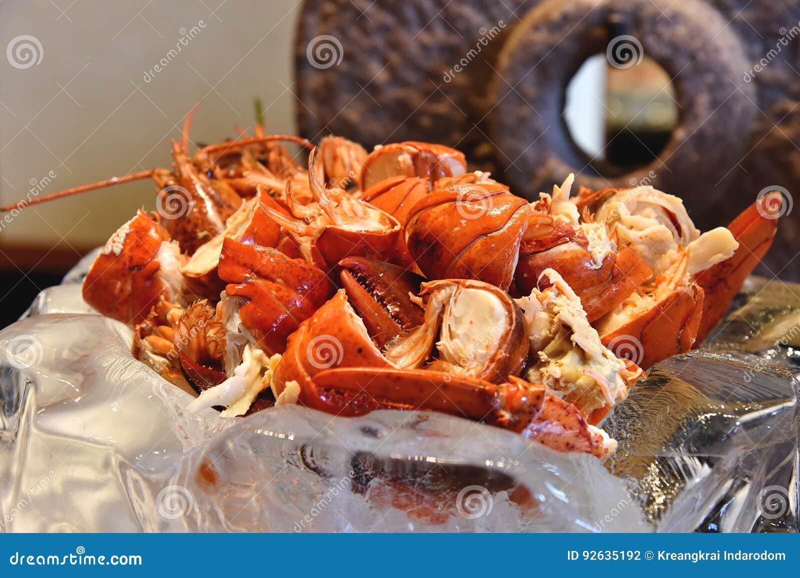 Gekochte rote Hummergarnele mit geschmolzener Kräuterbutter