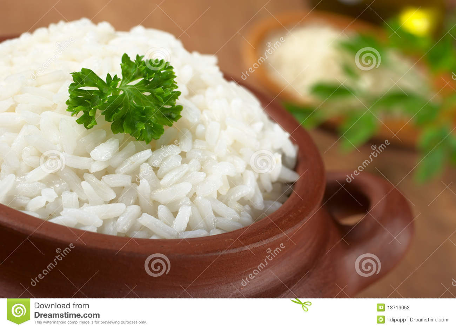 Gekochter Reis mit Petersilie