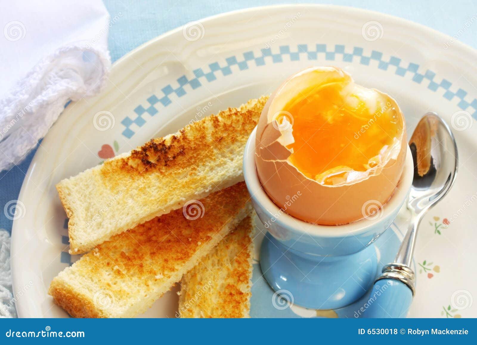 Gekochtes ei und toast stockfoto bild von blau eigelb 6530018 - L ei weich kochen ...