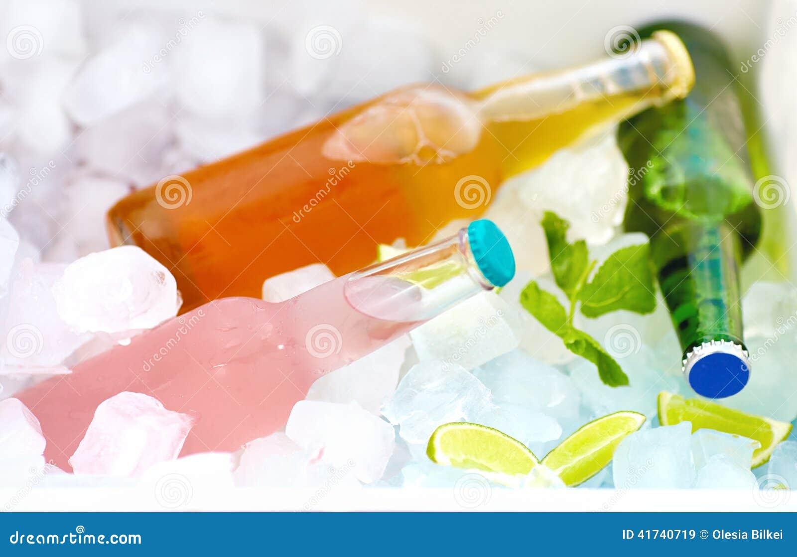 Gekoelde kleurrijke dranken in ijsdoos De zomerpartij